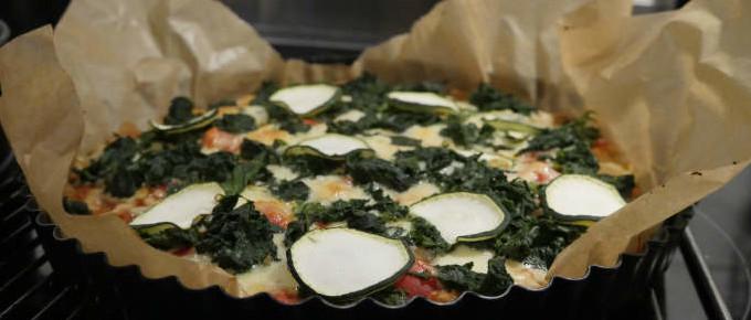 Selbstgemachte Quinoa Pizza mit frischen Kräutern