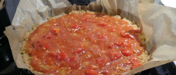 pizza-mit-tomatenmischung-vorbereitet