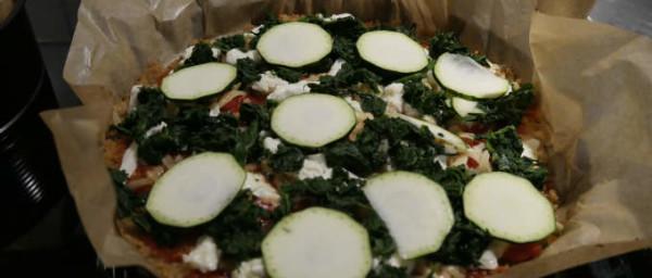 fertig-belegte-quinoa-pizza-vor-dem-backen
